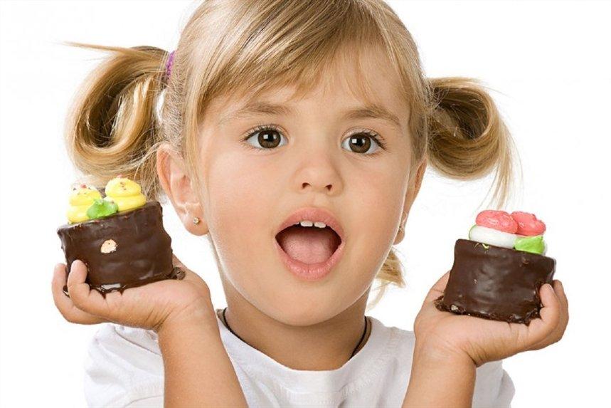 девочка и десерты