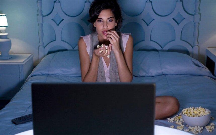 девушка смотрит сериал