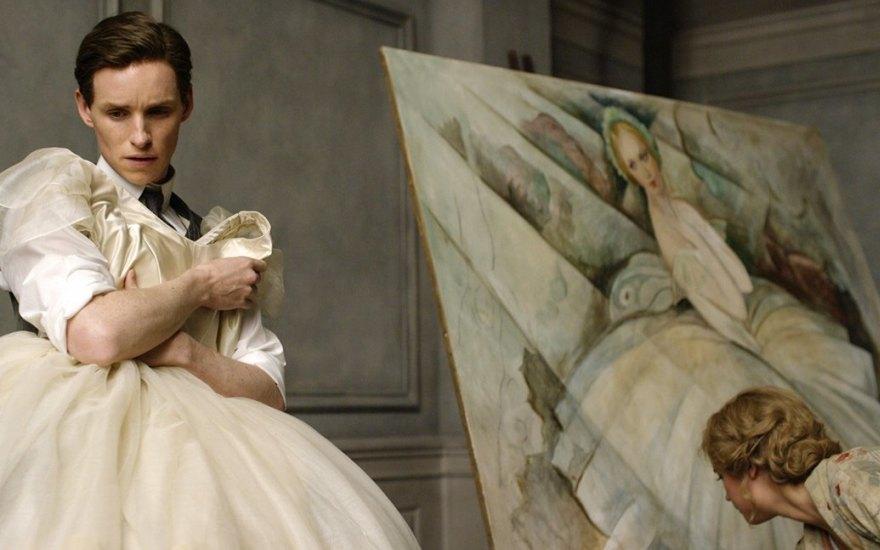 Девушка позирует художнику смотреть