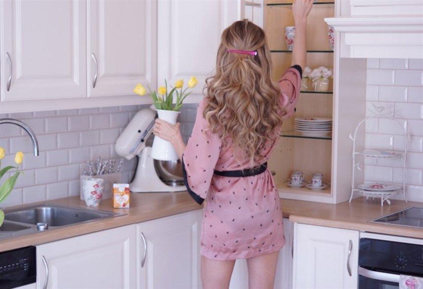 девушка с цветами на кухне