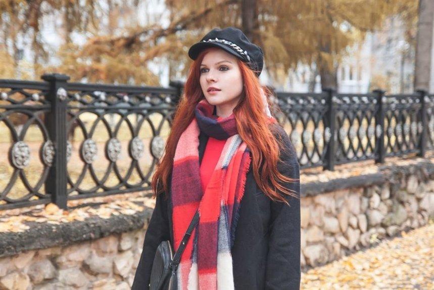 devuschka_v_kartuze