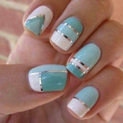 бело голубой дизайн ногтей: