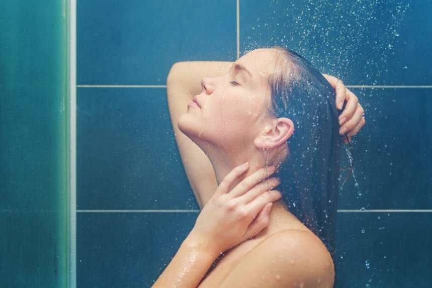 devuschka_prinimaet_dusch