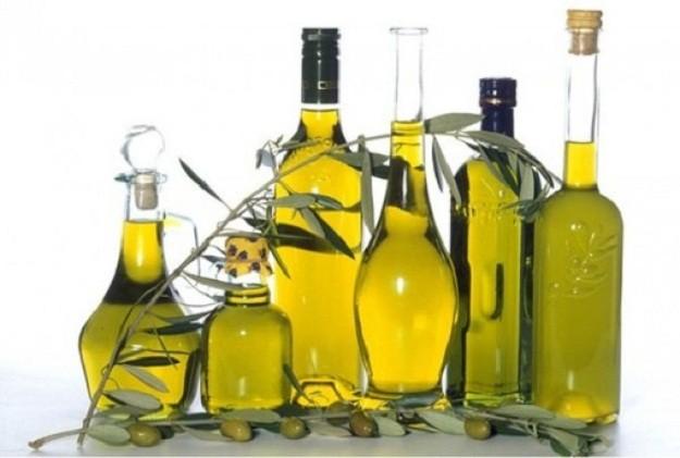 К оливковому маслу необходимо добавить желток