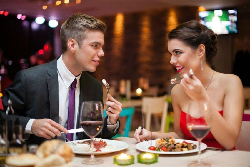 para_uginaet_v_restorane
