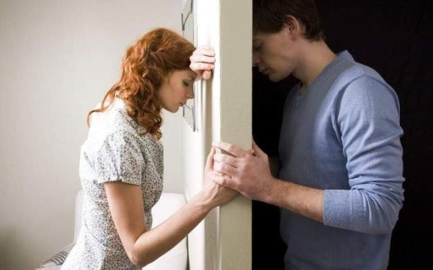 Парень раскрепащает девушку