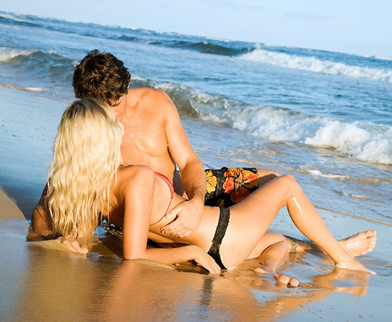 нежный секс на берегу моря