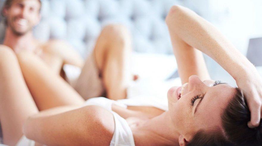 Девушка мастурбирует и наблюдает за сексом