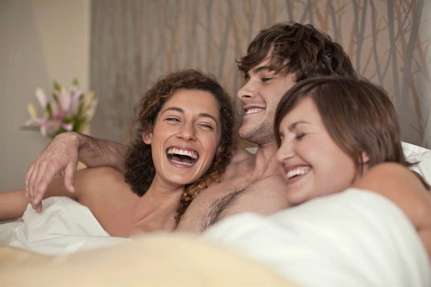 women-having-threesome-with-women