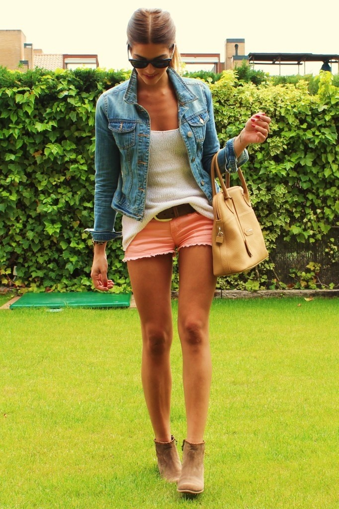 девушка с загорелыми ногами в шортах
