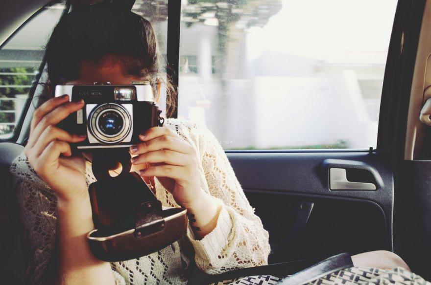 девушка с фотоапаратом