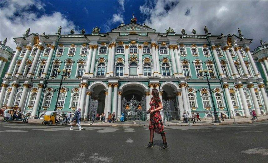 Девушка у Зимнего дворца