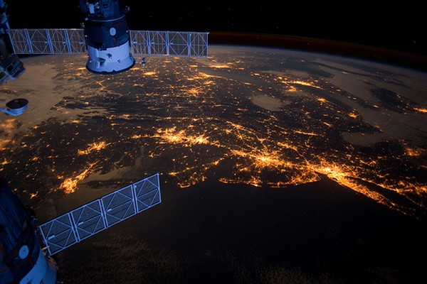 Земля с высоты космического полета: захватывающее ускоренное видео
