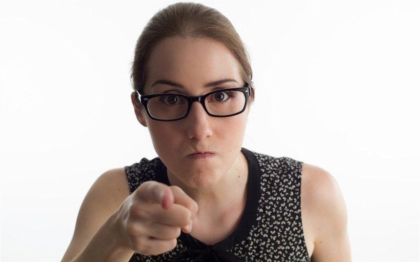 Женщина критикует