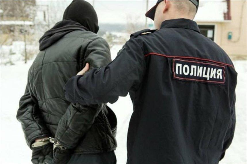 policeyskiy_zadergivaet_prestupnika