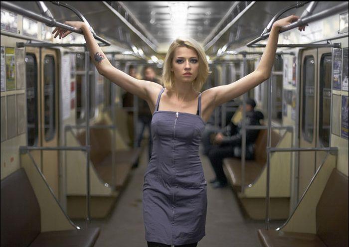 Крутая девушка в метро фото 803-889