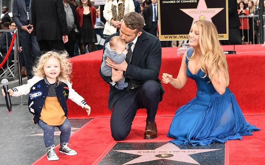 Райан Рейнольдс, Блейк Лавли и двое их детей на Голливудской алее славы 2016