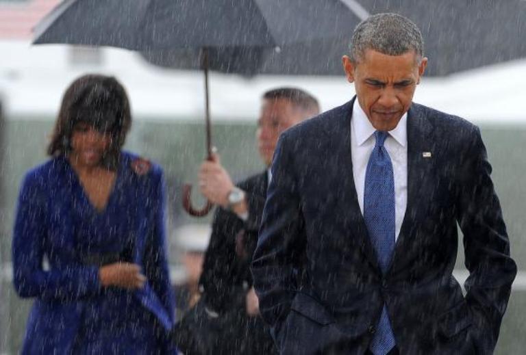 барак и мишель обама под дождем